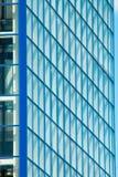 Η πρόσοψη ενός σύγχρονου κτηρίου γυαλιού και μετάλλων Στοκ Εικόνες