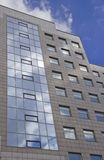 Η πρόσοψη ενός υψηλού multi-storey κτηρίου στοκ εικόνες