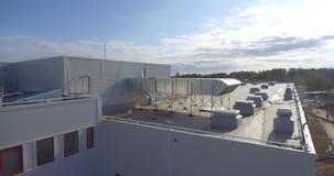 Η πρόσοψη και η στέγη του νέου εργοστασίου Εναέριο μήκος σε πόδηα απόθεμα βίντεο