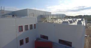 Η πρόσοψη και η στέγη του νέου εργοστασίου Εναέριο μήκος σε πόδηα φιλμ μικρού μήκους