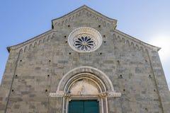 Η πρόσοψη της όμορφης εκκλησίας του SAN Pietro σε Corniglia, Cinque Terre, Λιγυρία, Ιταλία στοκ φωτογραφία