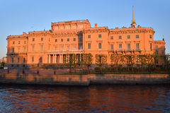 Η πρόσοψη του κάστρου μηχανικών Mikhailovsky και του ποταμού Στοκ Εικόνες