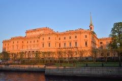 Η πρόσοψη του κάστρου μηχανικών Mikhailovsky και του ποταμού Στοκ Φωτογραφίες