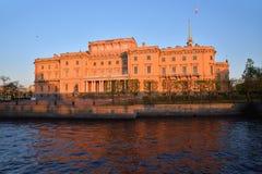 Η πρόσοψη του κάστρου Mikhailovsky (μηχανικών) και του ποταμού Στοκ φωτογραφία με δικαίωμα ελεύθερης χρήσης