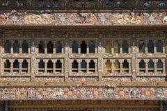 Η πρόσοψη του κεντρικού κτιρίου του Gangtey Gompa σε Gangtey, Μπουτάν, είναι διακοσμημένη με τα σμιλευμένα σχέδια Στοκ Φωτογραφία