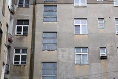 Η πρόσοψη του παλαιού εγκαταλειμμένου σπιτιού με τα παράθυρα στοκ εικόνα