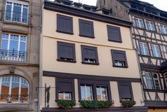 Η πρόσοψη των γαλλικών που χτίζουν το σύγχρονο ύφος με τα παράθυρα και τα γαλλικά μπαλκόνια Στοκ Φωτογραφία