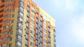 Η πρόσοψη Timelapse της οικοδόμησης της πολυκατοικίας το κατώτατο σημείο βλέπει στα πλαίσια των σύννεφων φιλμ μικρού μήκους