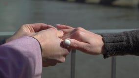 Η πρόταση στην οδό με μια ερώτηση ατόμων παντρεύει με την ευτυχή φίλη του φιλμ μικρού μήκους