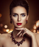Η πρότυπη ομορφιά Makeup μόδας και το κόσμημα, πρόσωπο γυναικών αποτελούν Στοκ εικόνες με δικαίωμα ελεύθερης χρήσης