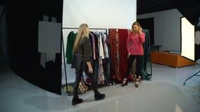 Η πρότυπη τάση μόδας φωτογραφίας παρασκηνίων κοιτάζει απόθεμα βίντεο