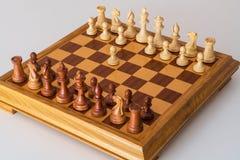 Η πρώτη κίνηση ένα ενέχυρο στον πίνακα σκακιού Στοκ Εικόνες