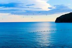 Η πτήση των πουλιών στο ηλιοβασίλεμα, η θάλασσα στο Μαυροβούνιο Στοκ Εικόνες