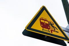 Η πτώση ατόμων διαγραμμάτων εκπαιδεύει προς τα πίσω τις διαδρομές που προειδοποιούν το σημάδι προσοχής Στοκ Εικόνες