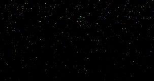 Η πτώση ζωηρόχρωμη ακτινοβολεί κομφετί φύλλων αλουμινίου, τρισδιάστατη μετακίνηση ζωτικότητας στο μαύρο υπόβαθρο, διακοπές χρώματ απόθεμα βίντεο