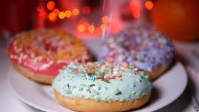 Η πτώση που χρωματίζεται ψεκάζει στα donuts απόθεμα βίντεο
