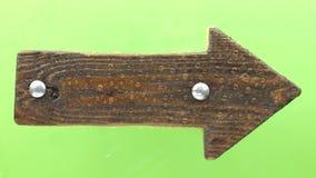 Η πτώση σταγόνων βροχής σε έναν ξύλινο καθοδηγεί, απομονωμένος σε πράσινο απόθεμα βίντεο