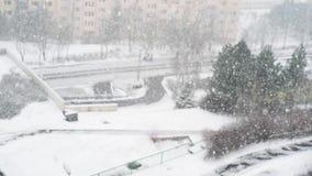Η πτώση χειμερινού χιονιού στην επιτροπή φραγμών κατοικήσιμων περιοχών στεγάζει την πόλη κωμοπόλεων εγχώριων επιπέδων απόθεμα βίντεο