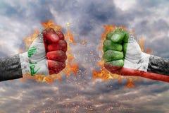 Η πυγμή δύο με τη σημαία του Ιράκ και των Ηνωμένων Αραβικών Εμιράτων αντιμετώπισε η μια στην άλλη Στοκ εικόνες με δικαίωμα ελεύθερης χρήσης