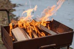 Η πυρά προσκόπων για το μαγείρεμα του κρέατος Στοκ φωτογραφία με δικαίωμα ελεύθερης χρήσης