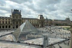 Η πυραμίδα γυαλιού στο Λούβρο Παρίσι, Γαλλία Χρησιμεύει ως η κυρία είσοδος στο μουσείο του Λούβρου Ολοκληρωμένο το 1989 έχει γίνε Στοκ φωτογραφίες με δικαίωμα ελεύθερης χρήσης