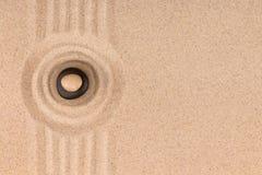 Η πυραμίδα φιαγμένη από πέτρες βρίσκεται στο κέντρο ενός κύκλου της άμμου καλοκαίρι θαλασσινών κοχυλιών άμμου πλαισίων έννοιας αν Στοκ φωτογραφίες με δικαίωμα ελεύθερης χρήσης