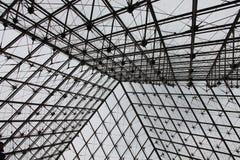 Η πυραμίδα θόλων βαλβίδων πέρα από την είσοδο στο Λούβρο Στοκ Εικόνες