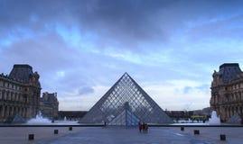 Η πυραμίδα του Λούβρου κάτω από το μυστικό ουρανό Στοκ φωτογραφία με δικαίωμα ελεύθερης χρήσης