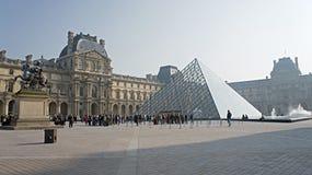 Η πυραμίδα του Λούβρου στο Παρίσι, Γαλλία Στοκ Φωτογραφία