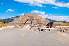 Η πυραμίδα του φεγγαριού και το Plaza του φεγγαριού σε Teotihuacan στο Μεξικό Στοκ Εικόνα