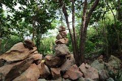 Η πυραμίδα των πετρών χαλικιών στο υπόβαθρο φύσης, το ρηχό βάθος του τομέα, το φως και τη σκιά Στοκ εικόνα με δικαίωμα ελεύθερης χρήσης