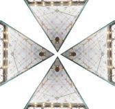 Η πυραμιδική μορφή στο τοποθετημένο σε στρώματα γυαλί δείχνει προς τα κάτω προς το πάτωμα που απομονώνεται στα άσπρα υπόβαθρα στοκ φωτογραφία
