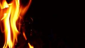 Η πυρκαγιά είναι πολύ στενή τη νύχτα απόθεμα βίντεο