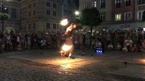 Η πυρκαγιά οδών παρουσιάζει με έναν μεγάλο αριθμό των θεατών Θερινό βράδυ στην παλαιά οδό πόλεων, Γντανσκ, Πολωνία απόθεμα βίντεο