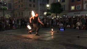 Η πυρκαγιά οδών παρουσιάζει με έναν μεγάλο αριθμό των θεατών Θερινό βράδυ στην παλαιά οδό πόλεων, Γντανσκ, Πολωνία φιλμ μικρού μήκους
