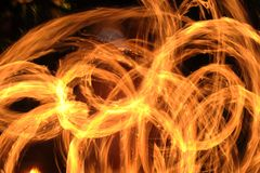 Η πυρκαγιά παρουσιάζει να καταπλήξει τη νύχτα στοκ εικόνες