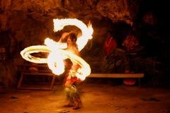 Η πυρκαγιά παρουσιάζει στη διάσημη σπηλιά Hina, θολωμένη κίνηση, παραλία Oholei, τόνος Στοκ Φωτογραφίες