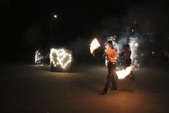 Η πυρκαγιά παρουσιάζει τη νύχτα κατά τη διάρκεια του γάμου στοκ φωτογραφία