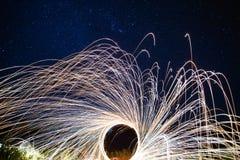 Η πυρκαγιά παρουσιάζει τη νύχτα με το αστέρι mai Chiang στοκ φωτογραφίες
