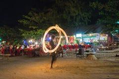 Η πυρκαγιά παρουσιάζει τη νύχτα στην παραλία Pattaya Koh στο νησί Lipe Στοκ Φωτογραφίες
