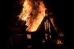 Η πυρκαγιά σπιτιών με την έντονη φλόγα, κατάπιε πλήρως την πυρκαγιά σπιτιών στοκ εικόνα με δικαίωμα ελεύθερης χρήσης