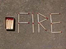 Η πυρκαγιά ταιριάζει με την επιγραφή και το σπιρτόκουτο Στοκ φωτογραφία με δικαίωμα ελεύθερης χρήσης