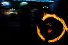 Η πυρκαγιά ταλάντευσης χορευτών πυρκαγιάς που χορεύει παρουσιάζει ότι η πυρκαγιά παρουσιάζει jugglin ατόμων χορού Στοκ Φωτογραφίες