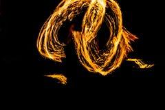 Η πυρκαγιά ταλάντευσης χορευτών πυρκαγιάς που χορεύει παρουσιάζει ότι η πυρκαγιά παρουσιάζει jugglin ατόμων χορού Στοκ Εικόνα