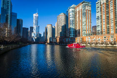 Η πυροσβεστική υπηρεσία του Σικάγου ταξιδεύει κάτω από τον ποταμό του Σικάγου Στοκ Φωτογραφία