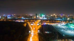 Η πόλη ανάβει τη νύχτα Πυροβολισμός από τα ύψη με τον κηφήνα Στοκ φωτογραφία με δικαίωμα ελεύθερης χρήσης