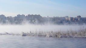 Η πόλη ανάμεσα στο misty ποταμό απόθεμα βίντεο
