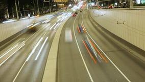 Η πόλη βραδιού, πολλά αυτοκίνητα πηγαίνει στις διαφορετικές κατευθύνσεις Άποψη από το τοπ χρονικό σφάλμα απόθεμα βίντεο