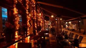 Η πόλη νύχτας Χριστουγέννων ανάβει το δέντρο, οδός, χρώματα, πόλη Ελλάδα των Ιωαννίνων Στοκ φωτογραφία με δικαίωμα ελεύθερης χρήσης