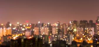 Η πόλη που θολώνεται ανάβει το υπόβαθρο μετά από το ηλιοβασίλεμα στοκ φωτογραφίες